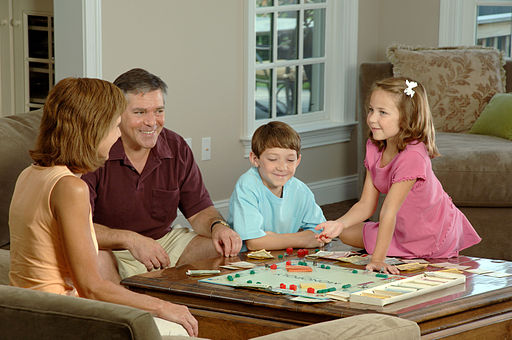 512px-Family_playing_a_board